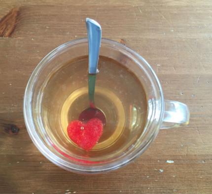 Tee mit Herzzucker