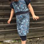 Little Rosy Kleid vor Holzwand